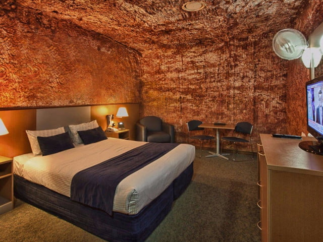 coober pedys residents live in underground dugouts desert cave motel 001
