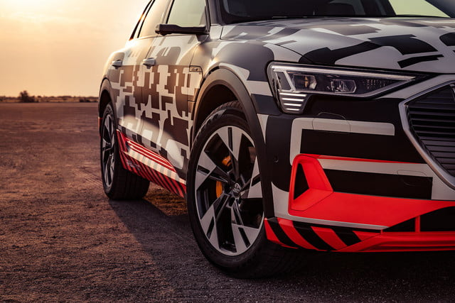 audi e tron electrico off road namibia etron extreme power play front right close 1200x800 c