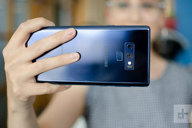 mejores celulares mercado iphone android samsung note 9 review holding camera 720x720