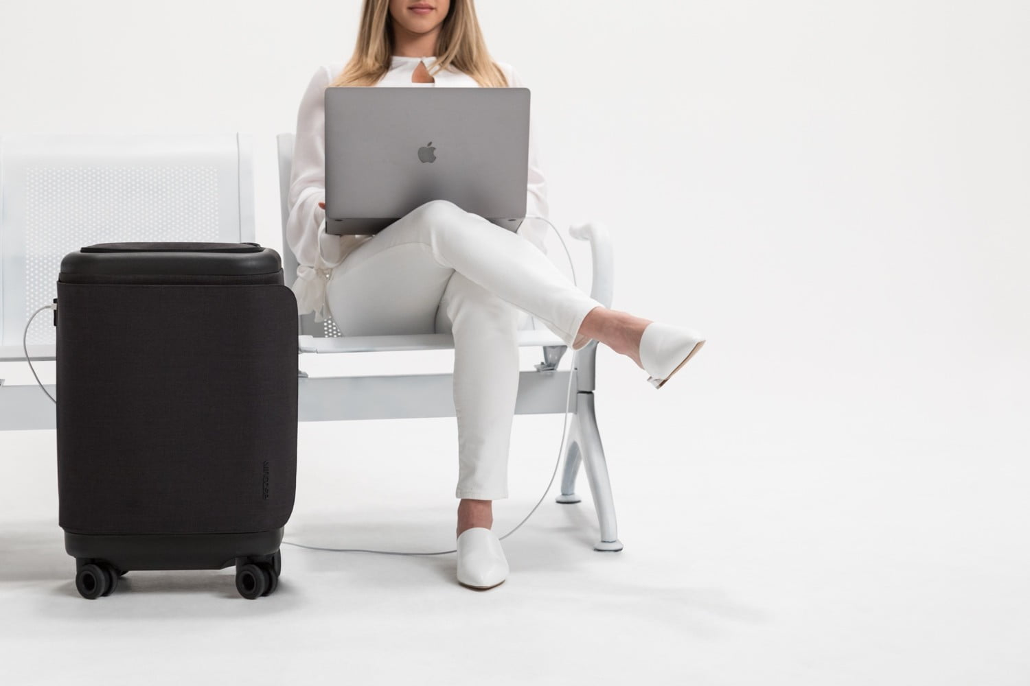 4c821b3ca766 incase proconnected 4 wheel hubless roller smart luggage blends high design  with large capacity battery lifestyle