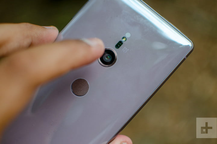 sony xperia xz2 lens in hand